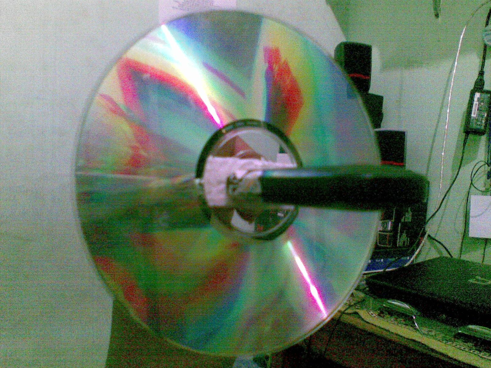 Prakteknya membuat antena kaleng dari keping cd , modemnya di masukan ...